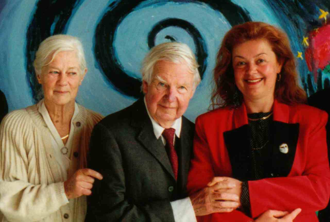 PHOTO: Arthur Boyd (centre), Yvonne Boyd (left), Aniela Kos (right) in Galeria Aniela (1997)