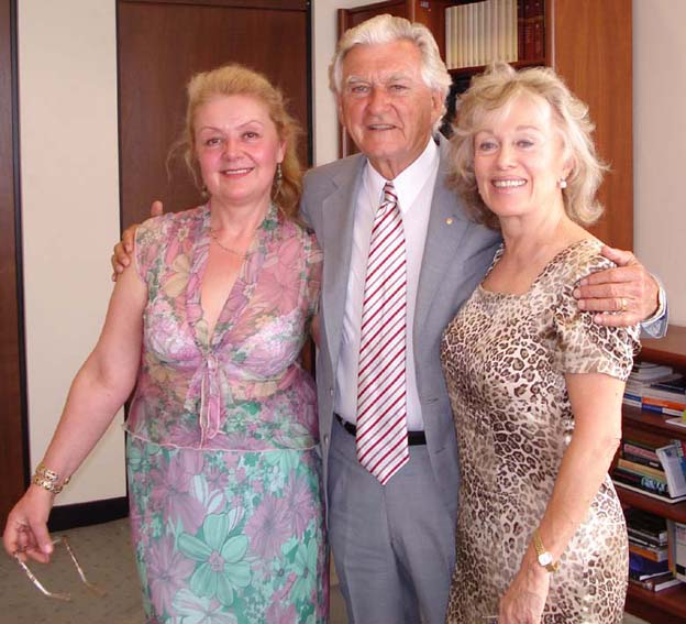 PHOTO: (left) Aniela Kos, (centre) Hon. Bob Hawke, the Former Prime Minister of Australia and (left) Blanche D'Alpuget (2007) |VIDEO: Aboriginal art exhibition in Galeria Aniela (2007)